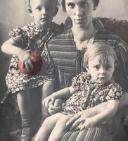 Hendrika Ketz met Riekie en Alie